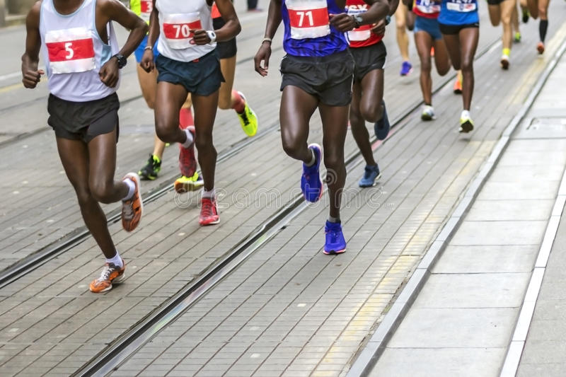 De marathonagenten rennen in stadsstraten stock foto