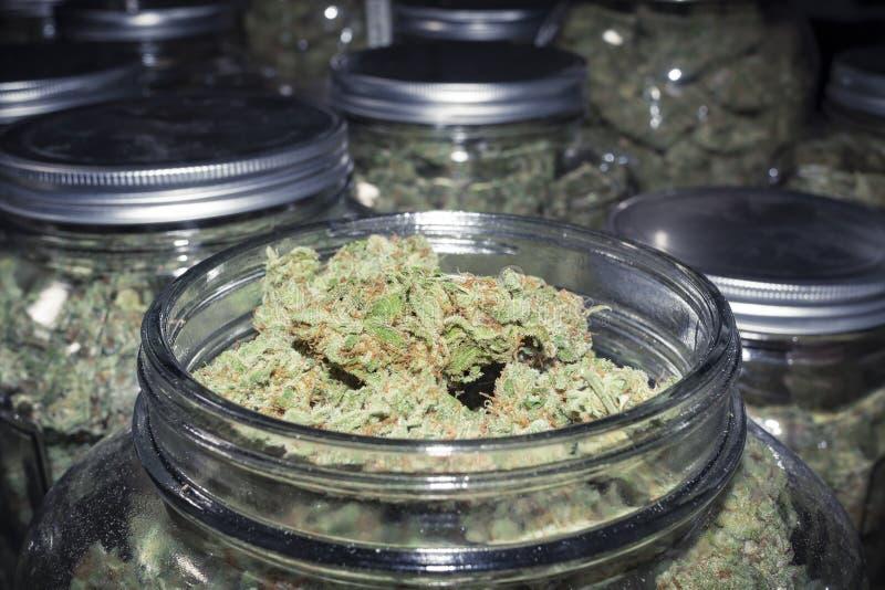 De Marihuanaproduct van de cannabisapotheek in Glaskruik stock foto