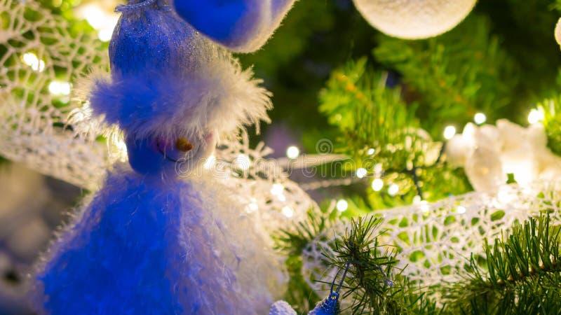 De marionet van de Kerstman het hangen in Kerstmisboom als decoratie in een mooie Kerstmisboom stock afbeelding