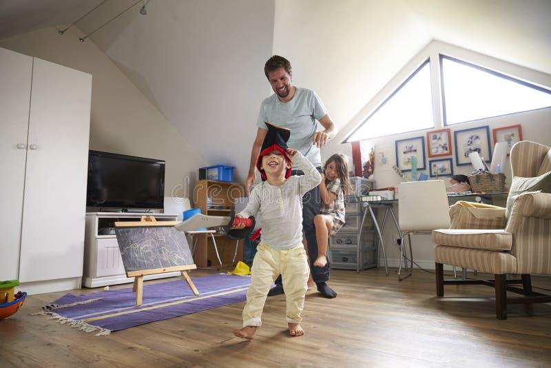 De Markering van vaderhaving game of met Kinderen in Speelkamer stock fotografie