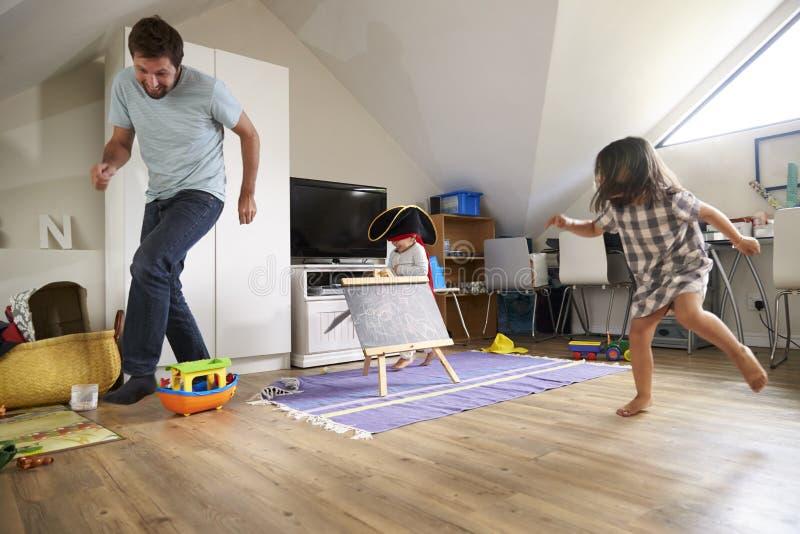 De Markering van vaderhaving game of met Kinderen in Speelkamer royalty-vrije stock foto