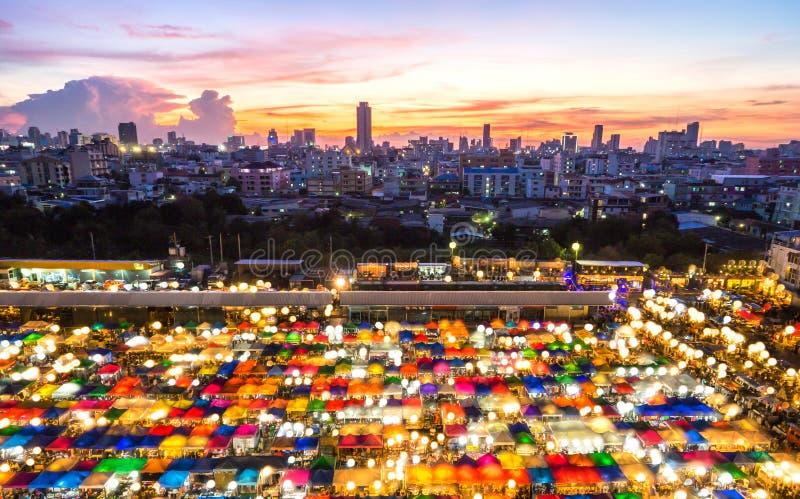 De Markt Ratchada, Bangkok, Thailand van de treinnacht stock foto