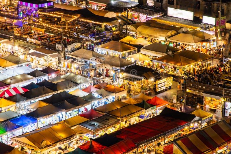De Markt Ratchada, Bangkok, Thailand van de treinnacht stock fotografie