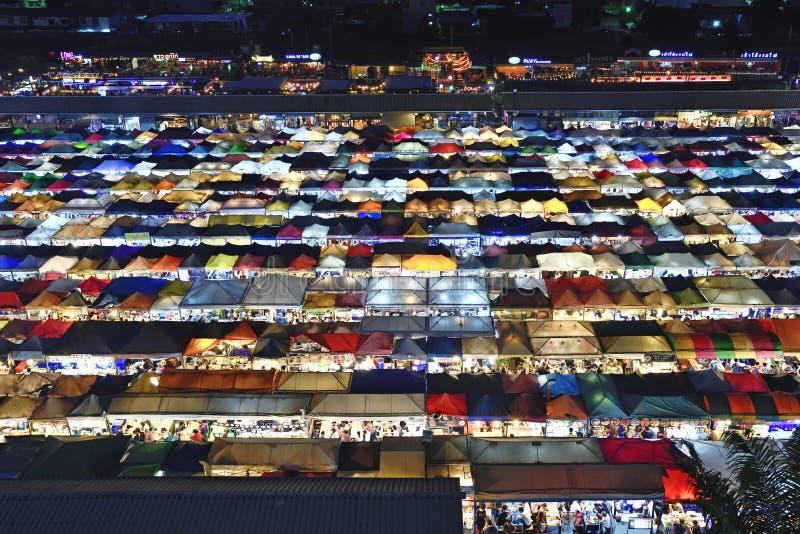 De markt Ratchada van de Treinnacht stock afbeeldingen