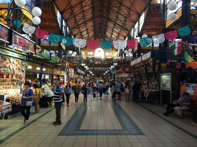 De markt van Boedapest bij middag stock afbeelding