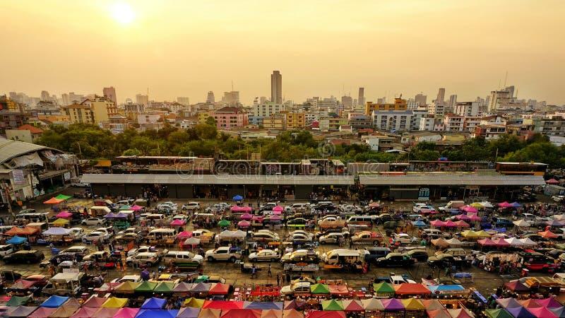 De Markt van de treinnacht bij Ratchada-gebied, Bangkok, Thailand stock foto's