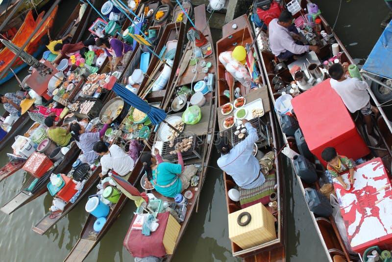 De markt van het Amphawawater in Samut Prakan, Thailand stock foto's