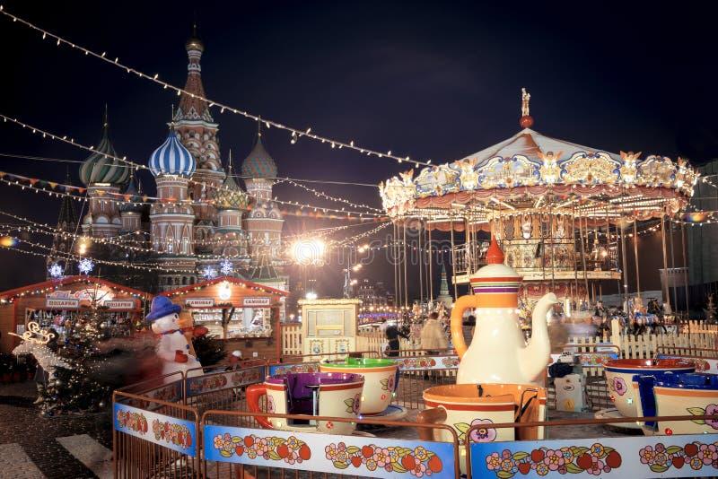 De markt van het Kerstmisdorp op Rood Vierkant in Moskou stock fotografie