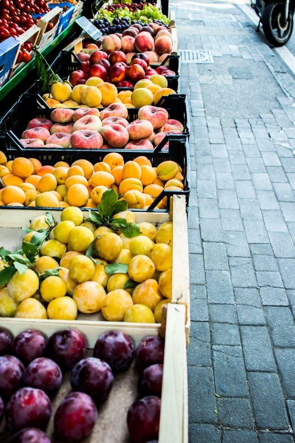 De markt van het straatfruit van perziken en pruimen in de zomer Italië royalty-vrije stock afbeelding