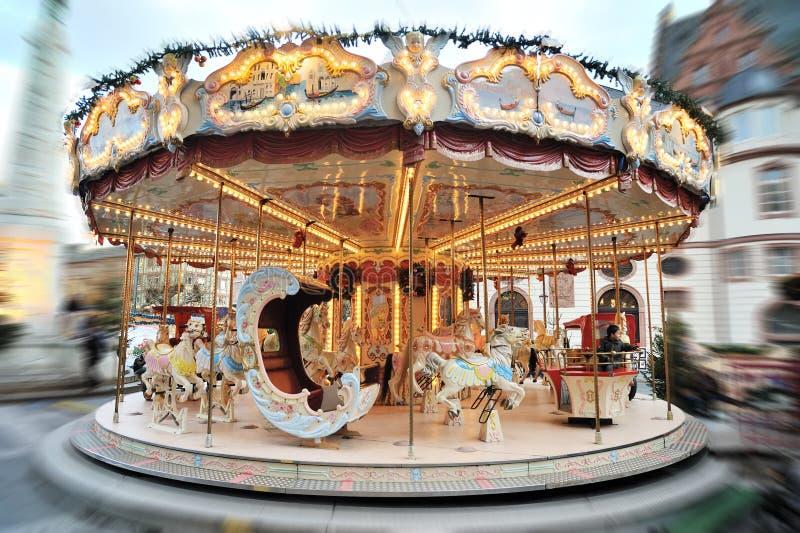 De Markt van Kerstmis. Vrolijk-gaan-rond carrousel royalty-vrije stock afbeelding