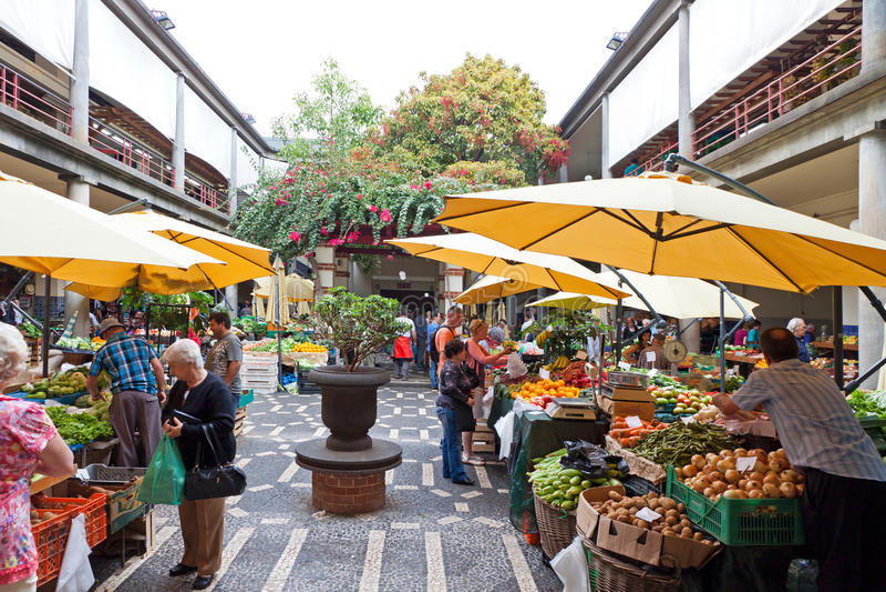 De markt van Mercadodos Lavradores in Funchal, Portugal stock foto