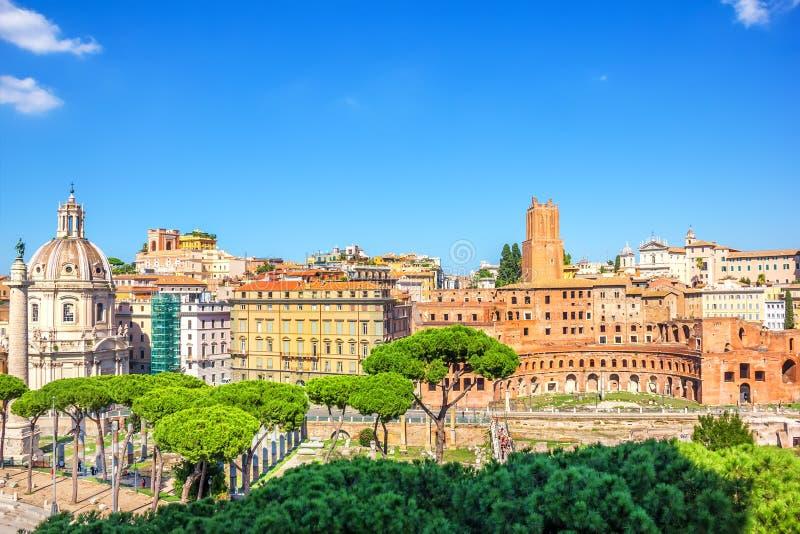 De Markt van Trajan, Toren van de Militie, de Kolom van Trajan en Kerk van de Heiligste Naam van Mary bij het Trajan-Forum, menin stock afbeelding