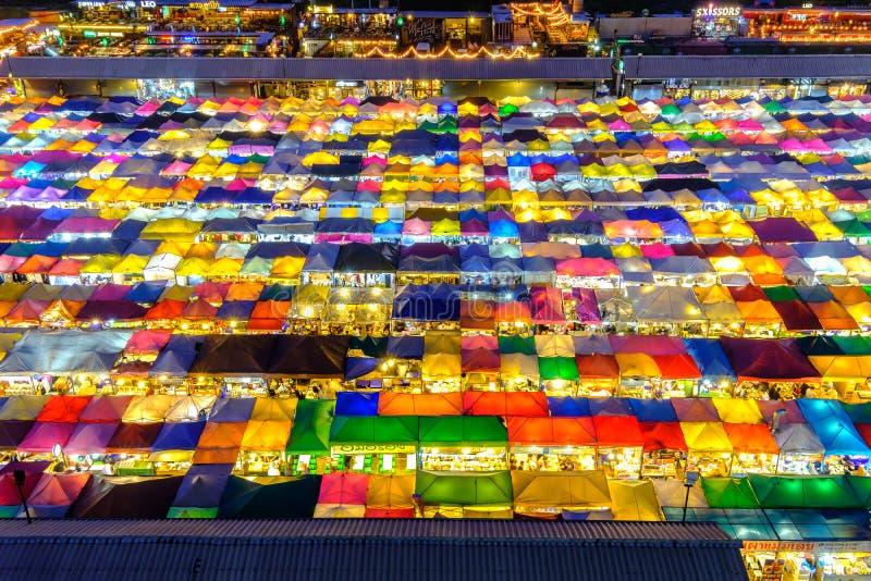De markt van de treinnacht in Bangkok stock afbeelding