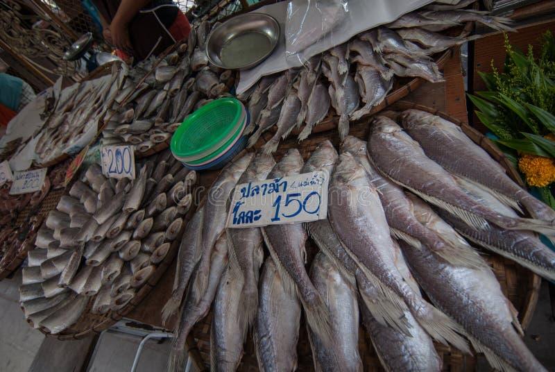 De marktverkoop droogt vissen stock foto's