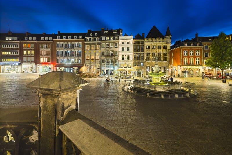 De Marktvierkant van Aken bij Nacht, redactie stock afbeelding