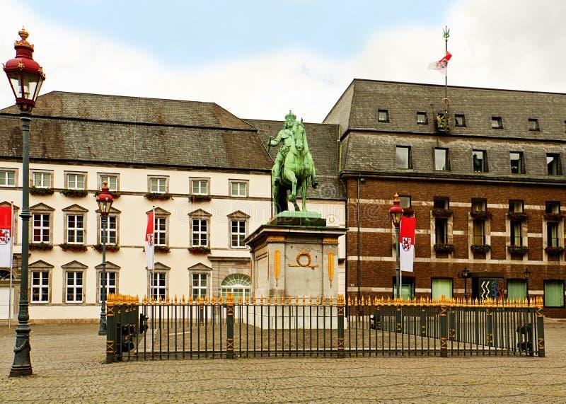 De Marktvierkant van Dusseldorf en standbeeld van Jan Wellem stock foto's
