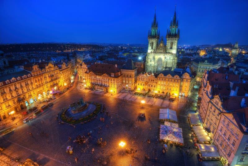 De Marktvierkant van Praag bij Nacht stock foto