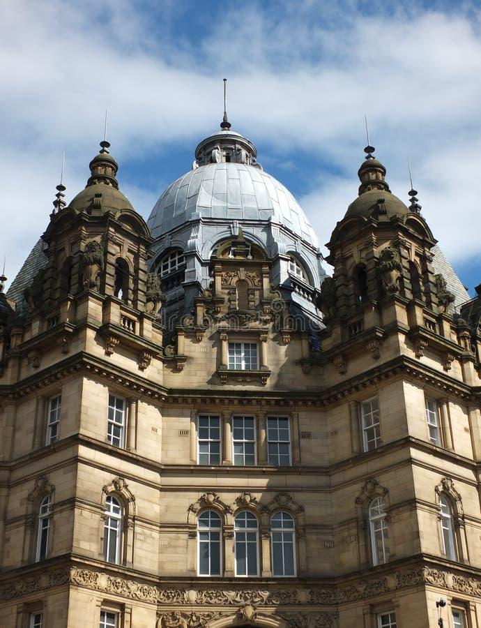 De marktzaal van Leeds met decoratieve metselwerkkoepel en blauwe hemel royalty-vrije stock afbeeldingen