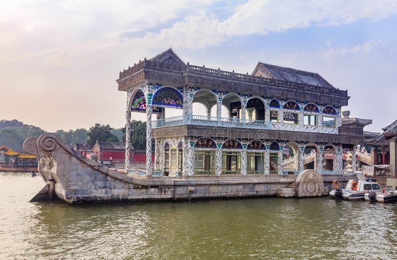 De Marmeren Boot of de Boot van Zuiverheid en verlicht een oever van het meerpaviljoen wegens de Zomerpaleis met zware smog in Pe stock afbeeldingen