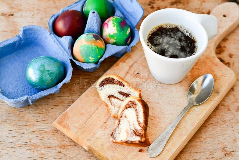 De marmeren cake van Bundtpasen, blauwe paasei en kop van koffie stock afbeeldingen