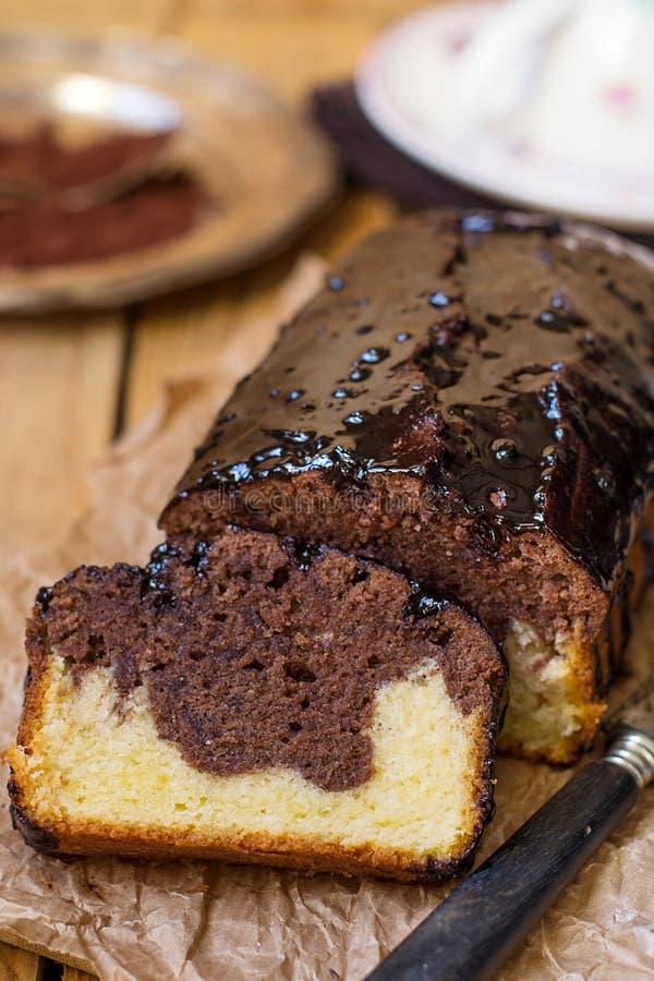 De marmeren cake van het chocoladebrood met chocoladeverglazing stock afbeeldingen