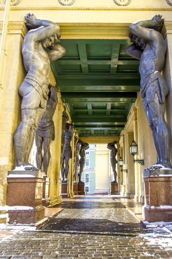 De marmeren standbeelden van Atlant ` s houden plafond van Nieuwe Kluis, St. Petersburg, Rusland royalty-vrije stock foto's
