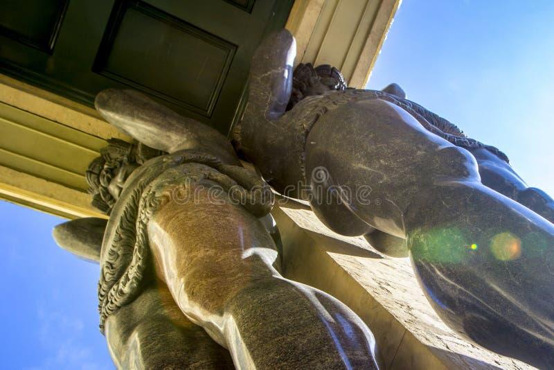 De marmeren standbeelden van Atlant ` s houden plafond van Nieuwe Kluis, St. Petersburg, Rusland stock afbeeldingen