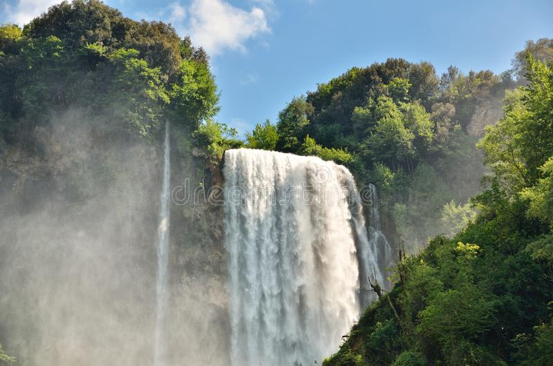 De Marmoredalingen is een kunstmatige die waterval door de oude die Romeinen wordt gecreeerd dichtbij Terni, Italië worden gevest royalty-vrije stock foto