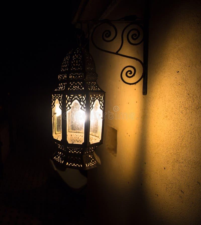 De Marokkaanse Met de hand gemaakte Lampen verstrekken Licht en Charme stock fotografie