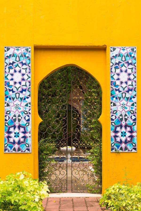 De Marokkaanse stijldeuropening aan de tuin royalty-vrije stock fotografie