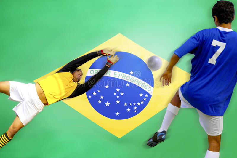 But de marquage de footballeur devant le drapeau brésilien photo libre de droits