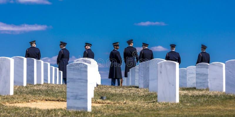 26 DE MARZO DE 2018 - ARLINGTON, WASHINGTON D C - El guardia de honor anticipa entierro en el nacional de Arlington El saludar, d fotografía de archivo libre de regalías