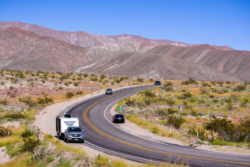 18 de marzo de 2019 Borrego Springs/CA/los E.E.U.U. - carretera que pasa a través de parque de estado del desierto de Anza-Borreg foto de archivo libre de regalías