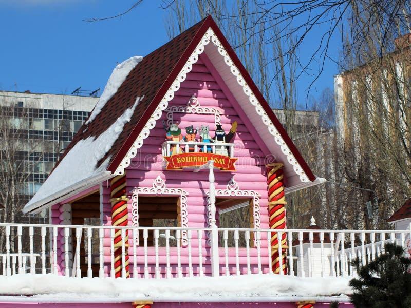 26 de marzo de 2018 Izhevsk, Rusia Cabaña de madera rosada hermosa, mundo fabuloso imagen de archivo