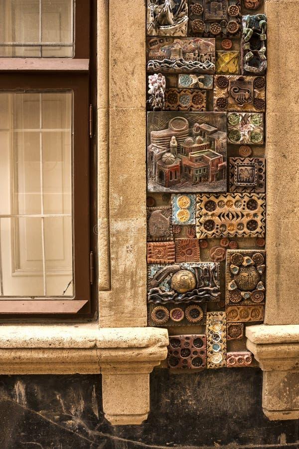 12 de marzo de 2017. M. Carril de Magomayev, Baku, Azerbaijan. Los frescos que adornaron las paredes de la casa del artista-escult foto de archivo libre de regalías