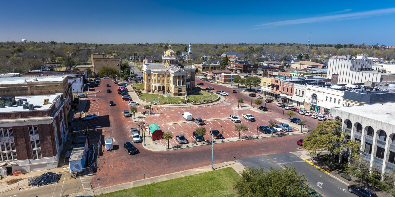 6 de marzo de 2018 - MARSHALL TEXAS - Marshall Texas Courthouse y townsquare, Harrison County Ley, arquitectura imagen de archivo libre de regalías