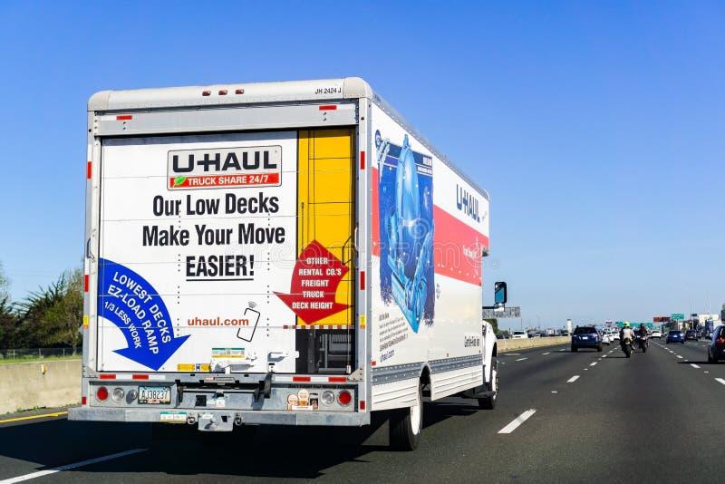 31 de marzo de 2019 Oakland/CA/los E.E.U.U. - furgoneta del U-recorrido que viaja en la autopista sin peaje en área de la Bahía d imagenes de archivo