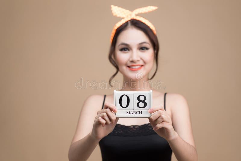8 de marzo Retrato de la muchacha asiática con sonrisa bonita imagen de archivo libre de regalías