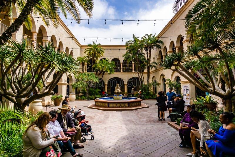 19 de marzo de 2019 San Diego/CA/los E.E.U.U. - gente que se sienta en el patio interior de Prado en parque del balboa foto de archivo