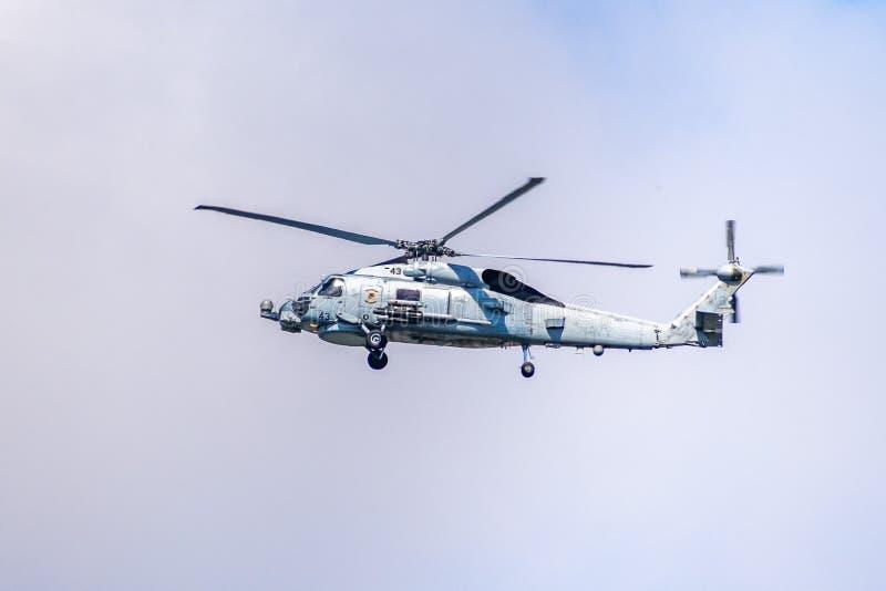 19 de marzo de 2019 San Diego/CA/los E.E.U.U. - helicóptero de la marina de guerra que vuela imagen de archivo
