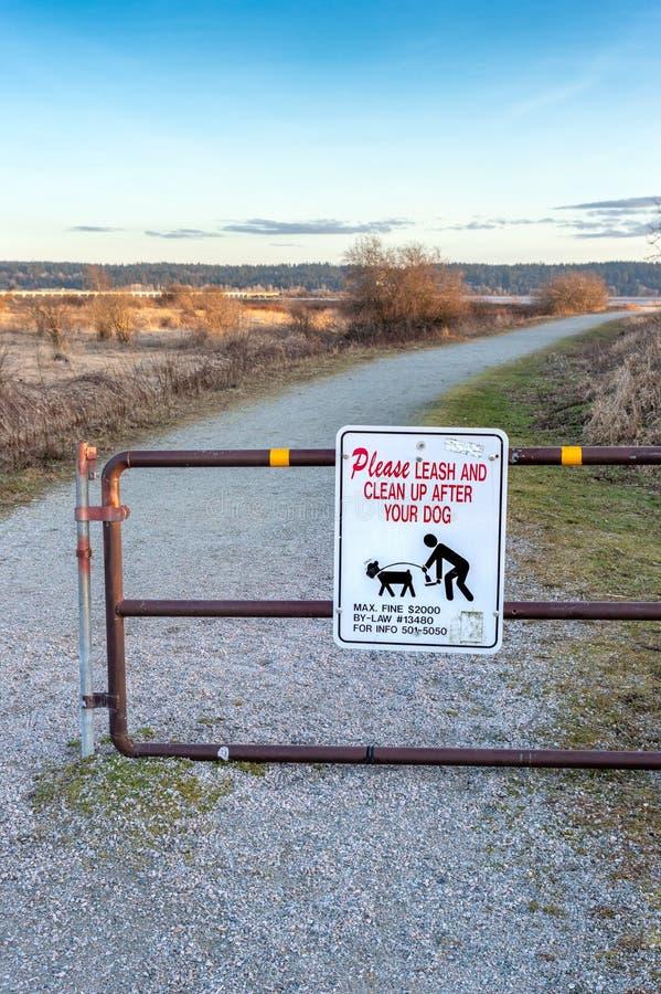 18 de marzo de 2019 - Surrey, A.C.: Dueños de cuidado del perro de la muestra para coger la basura del animal doméstico fotos de archivo