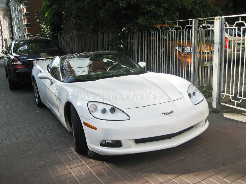 13 de marzo de 2014, Ucrania, Kharkov; Chevrolet Corvette Convertible blanco fotografía de archivo libre de regalías