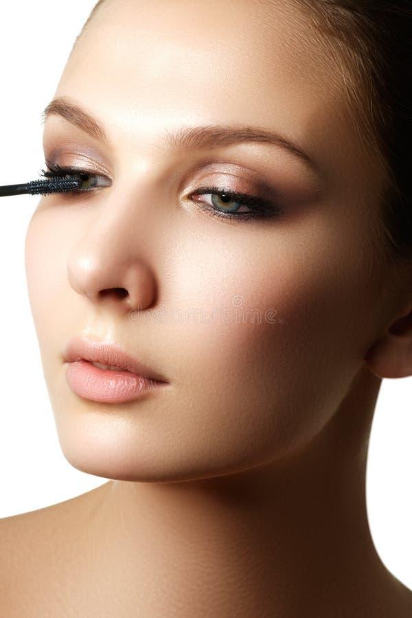 De mascara die close-up toepassen, snakt zwepen Hoog - kwaliteitsbeeld eyelashes royalty-vrije stock afbeelding