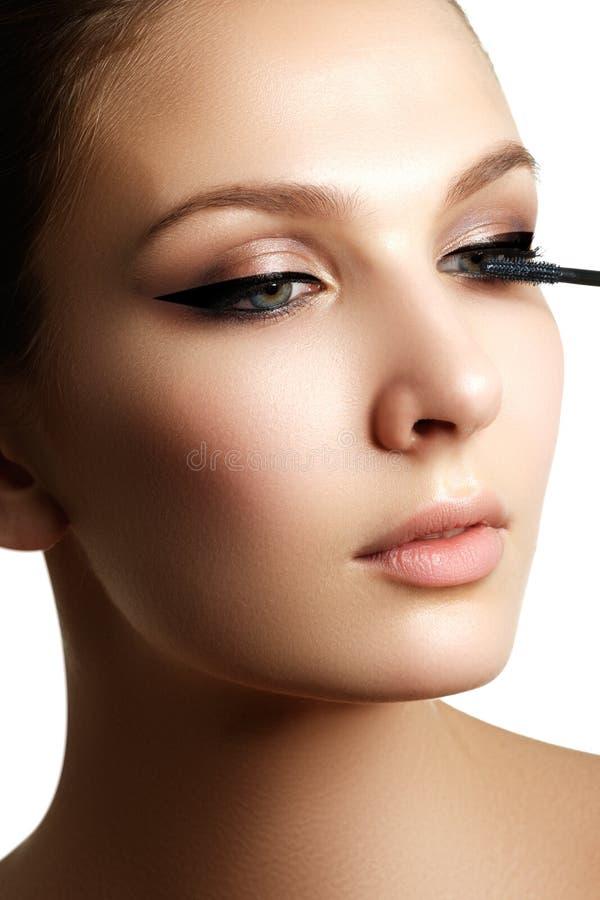De mascara die close-up toepassen, snakt zwepen Hoog - kwaliteitsbeeld eyelashes stock afbeelding