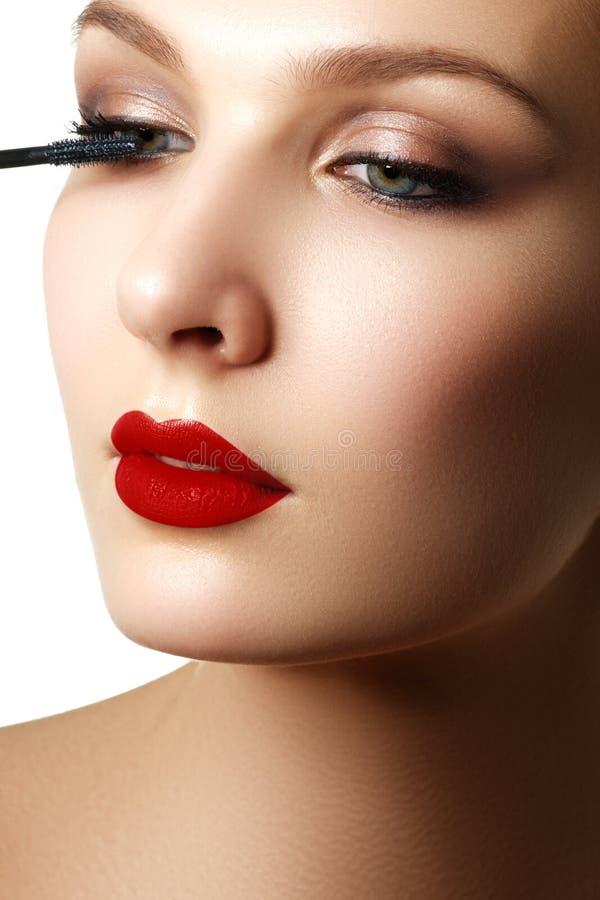 De mascara die close-up toepassen, snakt zwepen Hoog - kwaliteitsbeeld eyelashes royalty-vrije stock foto