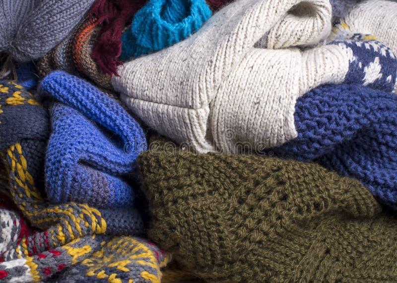 De massa van de veelkleurige gebreide warme kleding is klaar voor de koude herfst en winter royalty-vrije stock afbeelding