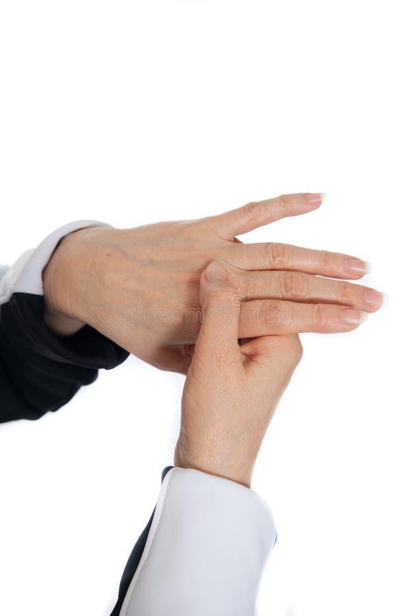 De massage van de acupunctuurtherapie Het aantonen probleemvlekken op de handen stock foto's