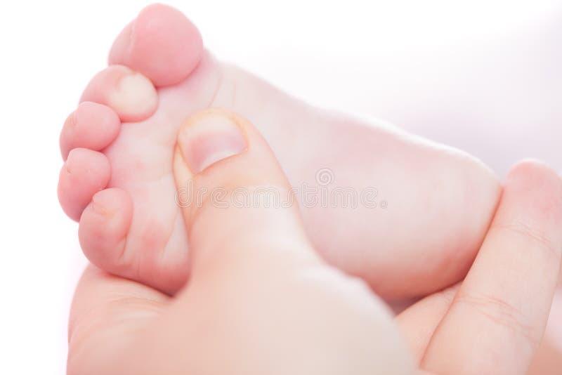 De massage van de babyvoet stock afbeeldingen
