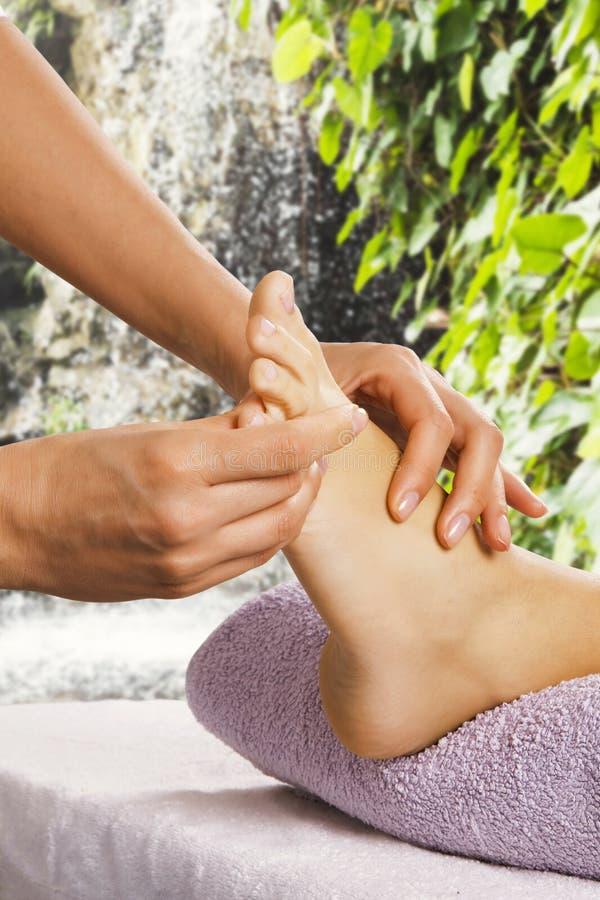 De massage van de voet in de kuuroordsalon royalty-vrije stock fotografie