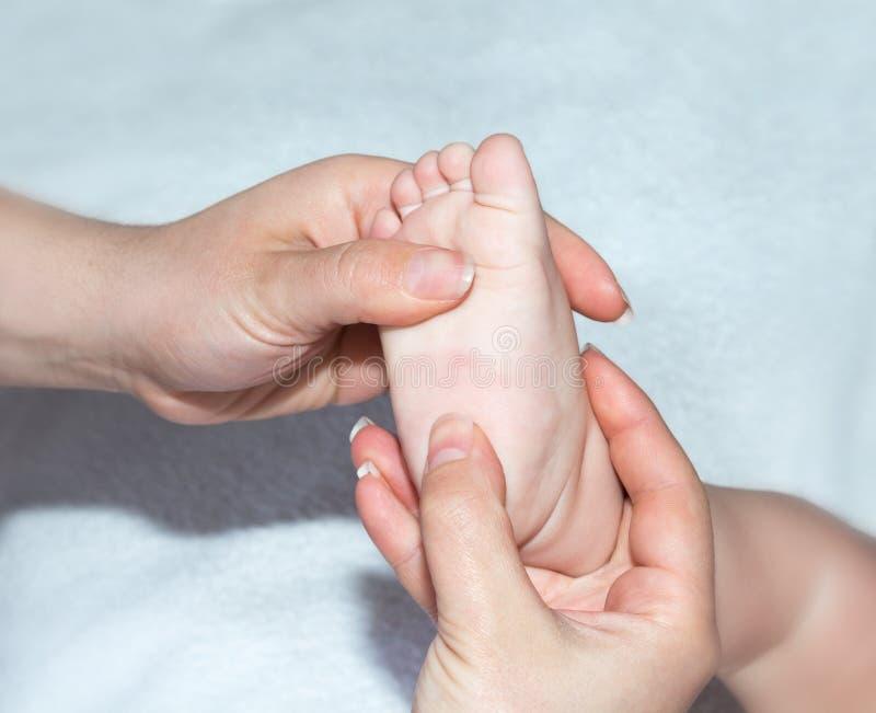 De massage van de voet een baby royalty-vrije stock fotografie